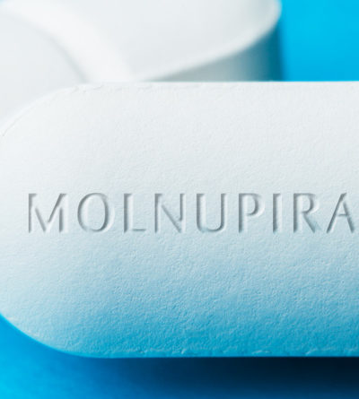 """Tablette mit der Prägung """"Molnupiravir"""""""